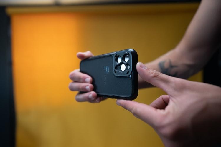 Homem segurando o celular para filmar